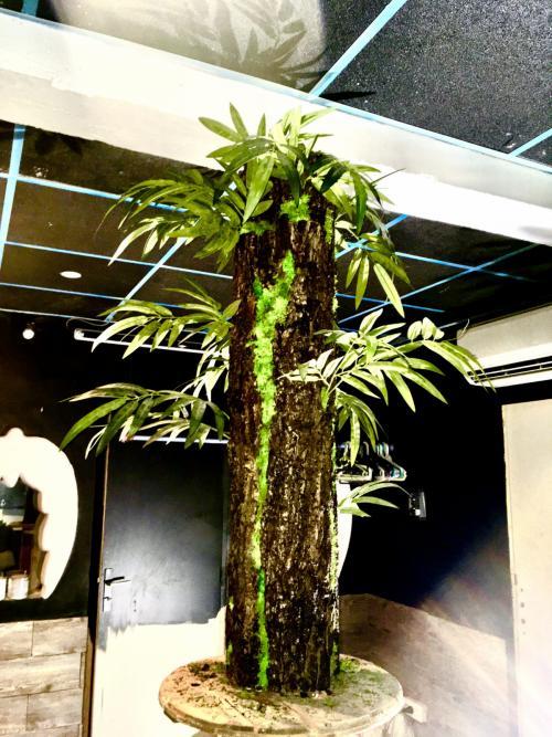 Customisation poteau béton en écorce d'arbre, mousse verte naturel, et feuillage bambou artificiel